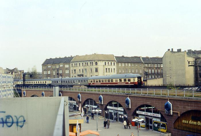 http://www.gerdboehmer-berlinereisenbahnarchiv.de/Bildergalerien/1982-01/19820419-820350-44-DR-Lrz-346.jpg